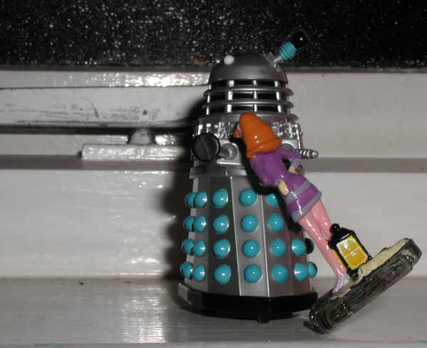 Daphne tries to seduce Mr. Dalek