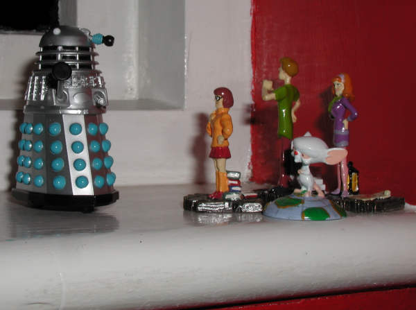 Mr. Dalek corners Velma, Shaggy, the Brain and Daphne
